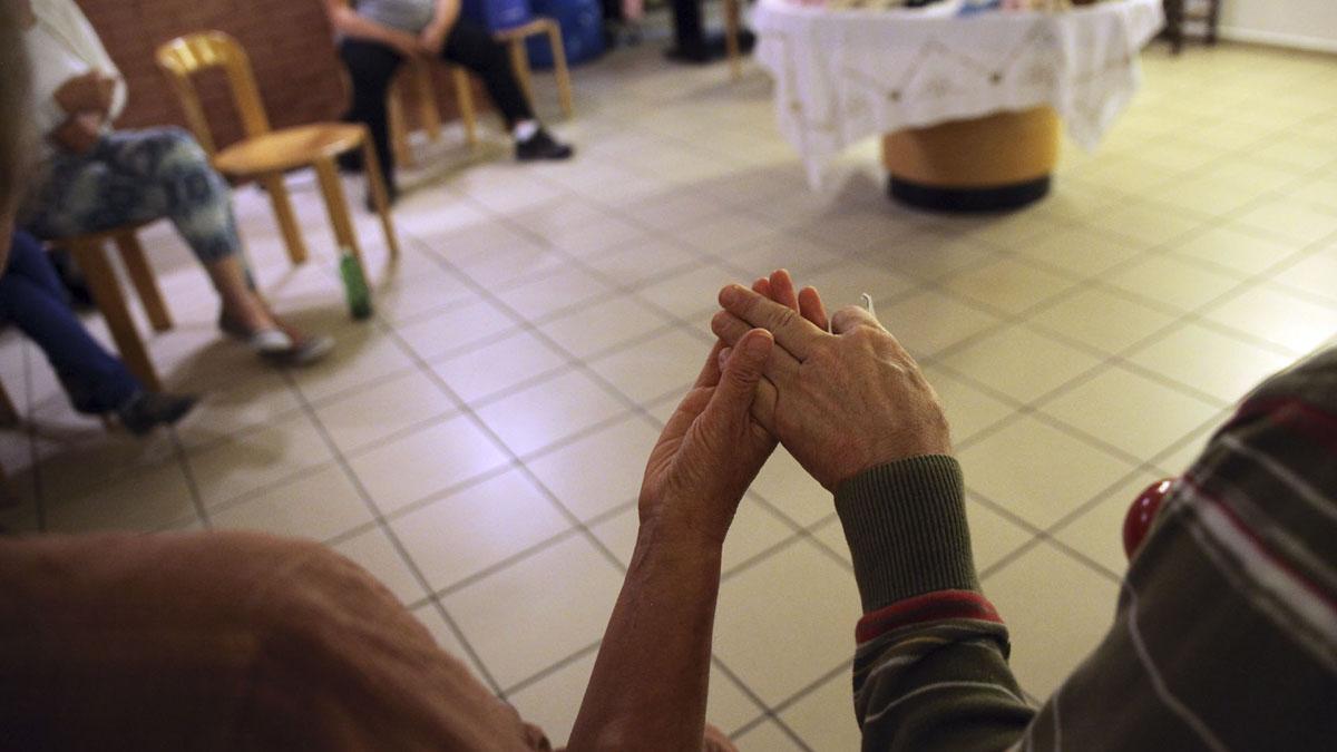 """Célébration à la chapelle des Perce-Neige. Le """"Notre Père"""", main dans la main. (Photo: B. Hallet)"""